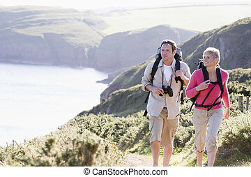 sourire, marche, couple, cliffside, dehors
