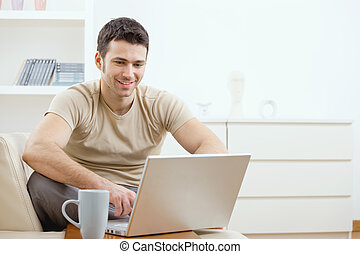 utilisation ordinateur, heureux, homme
