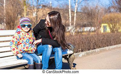 ville, peu, parc, ensoleillé, jeune, mère, girl, adorable, jour