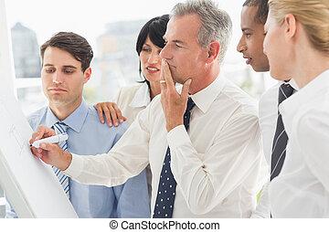 whiteboard, collègues, écriture, regarder, homme affaires, pensée